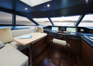 03-30m-hull-4-interior-helm-american-walnut-gloss.jpg