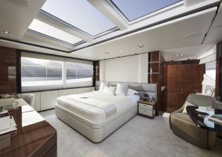 05-30m-hull-4-interior-owners-stateroom-american-walnut-gloss.jpg