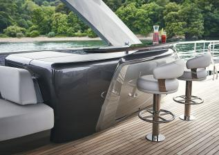 y85-exterior-flybridge-bar.jpg