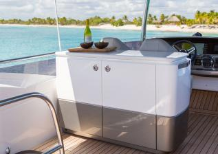 f55-exterior-flybridge-bar.jpg