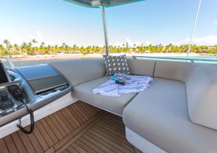f55-exterior-flybridge-helm-companion-seating.jpg