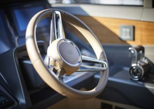 v60-interior-helm-detail-alba-oak-satin.jpg