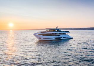 x95-exterior-white-hull-24.jpg