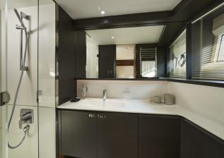 x95-slot-2-interior-starboard-twin-bathroom-blinds-down.jpg