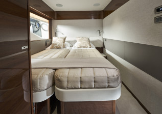 x95-slot-2-interior-starboard-twin-beds-together.jpg