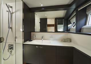 x95-slot-2-interior-starboard-twin-bathroom.jpg